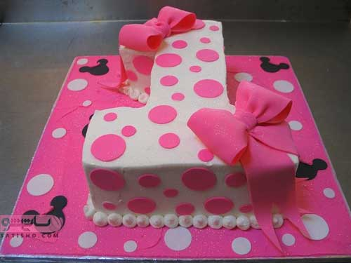 تصویری از تزیین کیک با خامه و ژله و خمیر صورتی رنگ