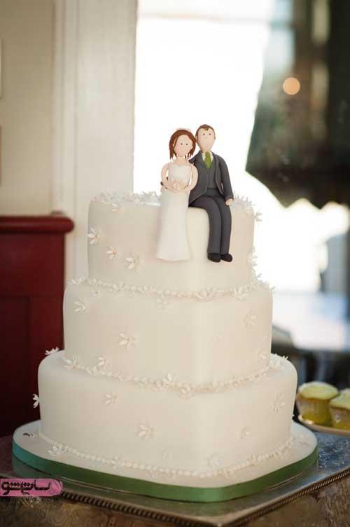 دیزاین کیک با خامه سفید و تکه های خامه مناسب نامزدی