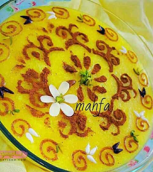 تزیین شله زرد با دارچین و خلال بادام