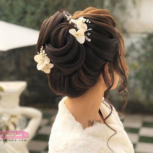 جدیدترین مدل شینیون موی بلند با سنجاق سر سفید پروانه ای