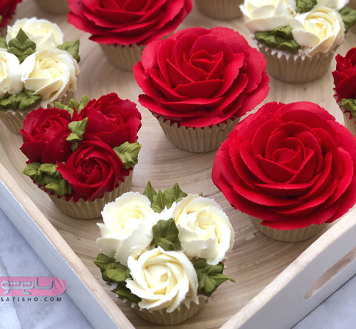 نحوه تزیین کیک فنجانی مدل گل قرمز و سفید