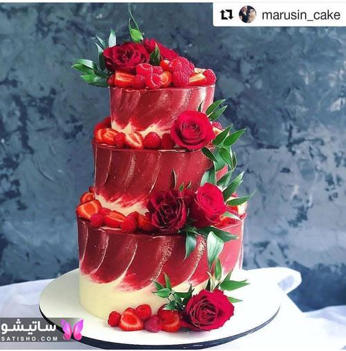 کیک تولد سه طبقه تزیین شده با توت فرنگی