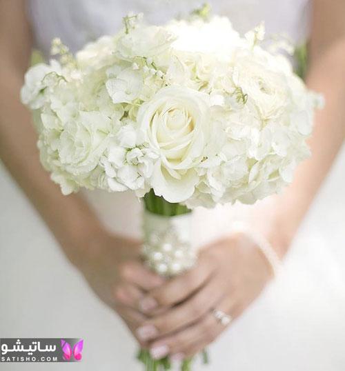 دسته گل سفید عروس تزیین شده با مروارید