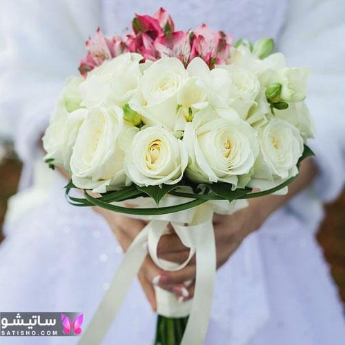 دسته گل عروس تزیین شده با گل صورتی