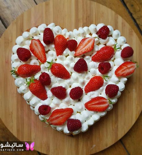 مدل کیک تولد عاشقانه با تزیینات توت فرنگی