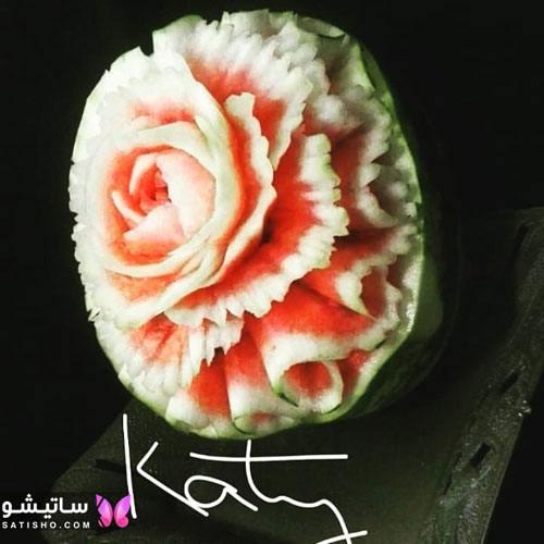 برش روی هندوانه شب یلدا به شکل گل