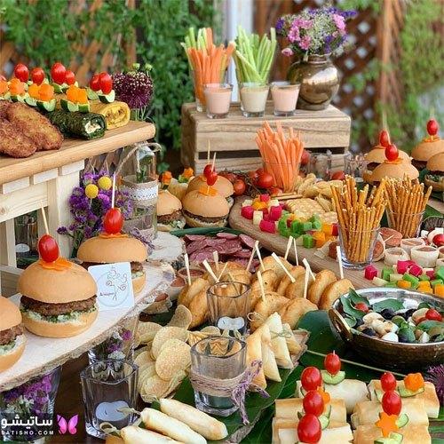 چیدمان شیک میز غذا در محیط باز