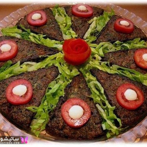 کوکو سبزی شیک تزیین شده با گوجه و خیار